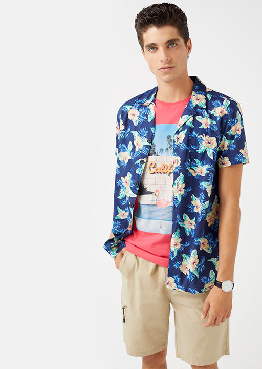 Camisa con estampado tropical.
