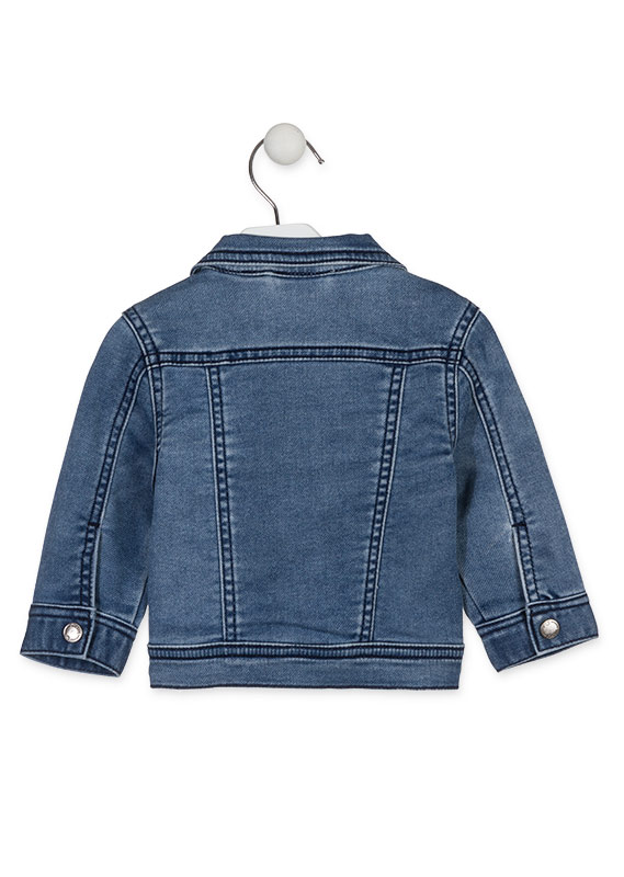 Cazadora efecto denim con parches.