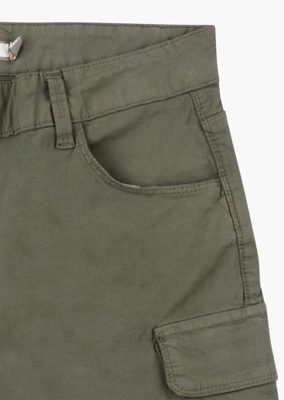 Stretch cotton shorts with multiple pockets.