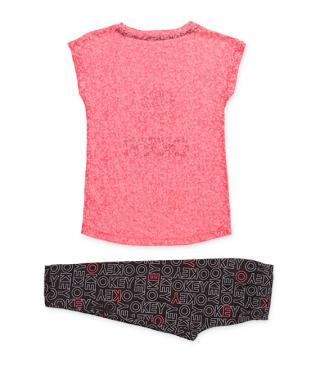 Conjunto de camiseta de color rosa y leggins estampado.